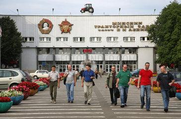 Minsk  Weissrussland  Arbeiter kommen aus der Minski Traktorny Sawod