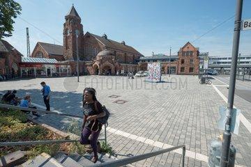 Im Schatten am Rande des Bahnhofsvorplatzes