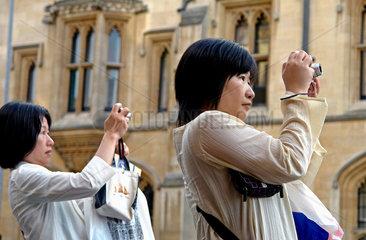 GB  Cambridge  Chinesische Touristinnen mit Digitalkameras