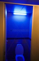 Blaues Neonlicht in einer Toilette