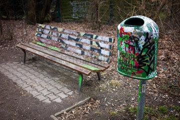 Berlin  Deutschland  mit Graffiti beschmierter Abfalleimer und Parkbank in Berlin-Tempelhof