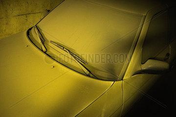 Schmutziges Auto in einer Garage