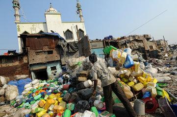 Mumbai  Indien  Muellsortierung zur Wiederverwertung im Slum von Dharavi