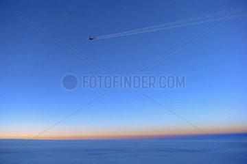 Aeroflot Airbus A330 mit Kondenzstreifen im Flug ueber Europa