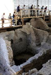 Archaeologische Zone in Koeln: Kellermauern der Synagoge mit einer Besuchergruppe