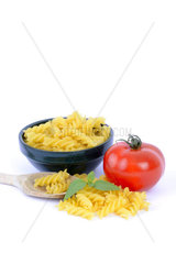 italienische Pasta  Fusilli  Teigwaren  Nudeln  Tomate  Basilikum