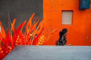 Singapur  Republik Singapur  Orangefarbene Strassenszene in Chinatown