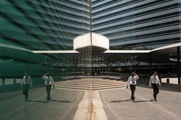 Singapur  Republik Singapur  Eingang zum Buerogebaeude The Gateway