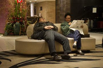 Tokio  Japan  Gaeste in der Lobby des Metropolitan Edmont Hotel