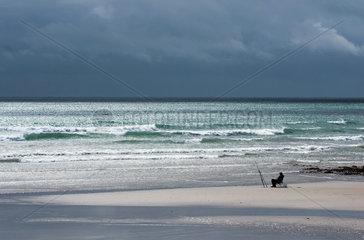 Ballyheige  Irland  Angler an der Kueste Kerrys