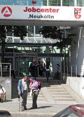 Berlin  Deutschland  Menschen vor dem Eingang des Jobcenter Neukoelln