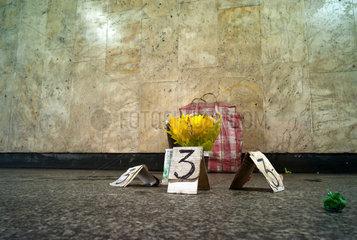 Posen  Polen  Blumen aus der mageren Auswahl einer Strassenverkaeuferin
