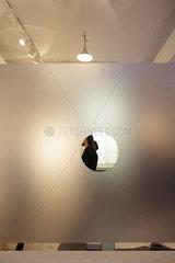Berlin  Deutschland  Gallery Weekend  Besucher einer Galerie in der Tucholskystrasse