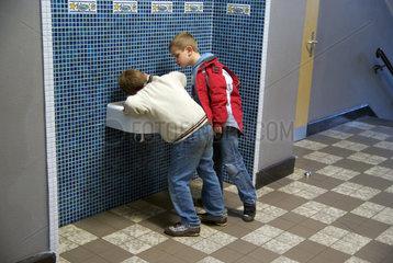 Kinder am Waschbecken
