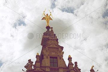 Goldene Engel Statue mit zwei Pfeilen