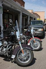Santa Fe  USA  Harley-Davidson Motorraeder parken vor einem Cafe