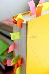 Studium  Mit Merkzetteln gespicktes Buch f__r die Diplomarbeit
