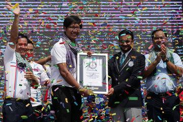 CAMBODIA-PHNOM PENH-LONGEST HAND WOVEN SCARF-GUINNESS WORLD RECORD
