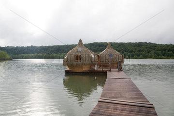 Chassey-les-Montbozon  Frankreich  schwimmende Holzhuetten zum Uebernachten