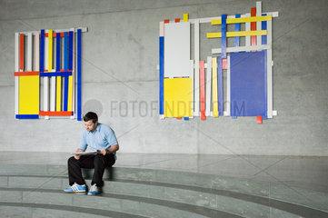 Berlin  ein Mann liest Zeitung im Foyer im Marie-Elisabeth-Lueders-Haus