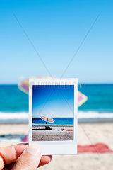 Fotografie zeigt einen Sonnenschirm am Strand