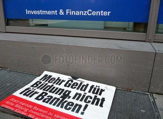 Bankenkritikplakat der Linken vor Finanzcenter der Deutschen Bank
