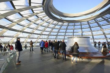 oberes  offenes Ende der Reichstagskuppel  Reichstag Berlin  Architekt Sir Norman Foster  Berlin  Deutschland  Europa