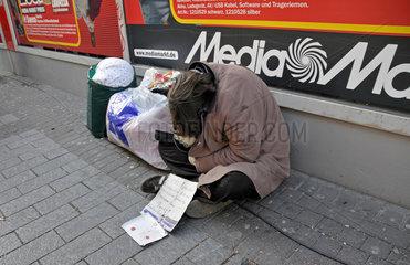 Obdachloser vor dem Media Markt