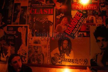 Posen  Polen  Poster verschiedener Musiker an der Wand einer Kneipe