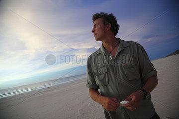 Broome  Australien  junger Mann im Abendlicht