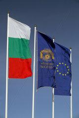 Nessebar  Nationalflagge von Bulgarien  Flagge von Nessebar und Flagge der Europaeischen Union im Wind