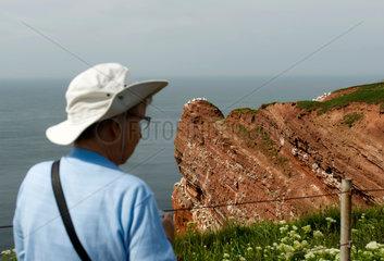 Helgoland  Deutschland  ein Tourist an den Lummenfelsen