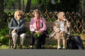Leipzig  Tochter  Mutter und Grossmutter sitzen auf einer Bank