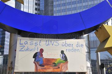 Transparent der Protestbewegung Occupy Frankfurt  unter dem Eurosymbol vor der EZB  Europaeische Zentralbank  Willy-Brandt-Platz  Frankfurt am Main