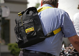 Radfahrer mit Rucksack der Deutschen Post