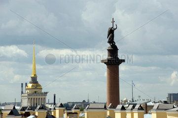 Sankt Petersburg  Russland  Alexandersaeule und Gebaeude des Generalstabs