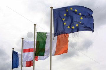 Chantilly  Frankreich  Flaggen der Europaeischen Union  Irland  England und Frankreich wehen im Wind