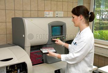 Essen  Deutschland  Zytologieassistentin befuellt eine Machine zur Blutbilderstellung