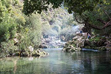 Landschaftsbild am Gebirgsfluss in Marokko
