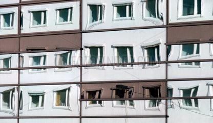 Bonner Bundesviertel: Alter Bundestag spiegelt sich in Glasfassade des WCC