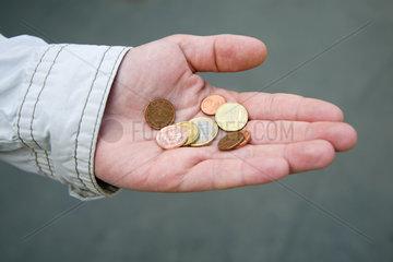 Berlin  Deutschland  Hand mit etwas Kleingeld