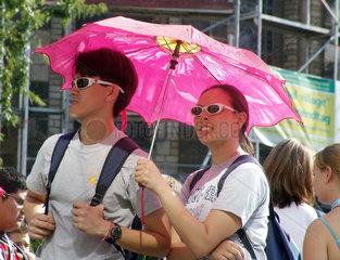 Junge japanische Touristen mit Sonnenschirm