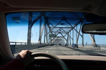 Fahrt ueber die Bay Bridge von Oakland nach San Francisco