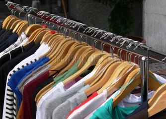 Kleiderstaender mit Damenoberbekleidung