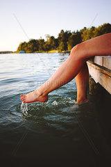 Frau planscht mit Fuessen im Wasser  Grosser Lychensee