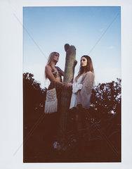 Zwei Frauen und ein Kaktus