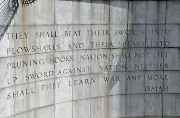 Schwerter zu Pflugscharen  Denkmal am UN-Hauptquartier  New York City  Manhattan  USA
