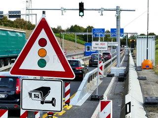 LKW Sperranlage an der Zufahrt zur Autobahnbruecke Leverkusen