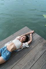 Junge Frau in Hotpants auf einem Holzsteg