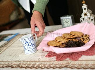 Rheinzabern  Vorbereitungen zum Kaffeetrinken